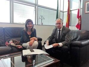 Espinosa se reúne con el juez Columna para conocer sus reflexiones sobre la legislación andaluza sobre violencia de género