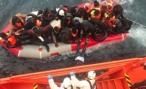 Cinco personas muertas y 17 rescatadas tras volcar una patera en Alborán