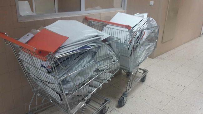 Trasladan historiales clínicos en carros de la compra en Torrecárdenas