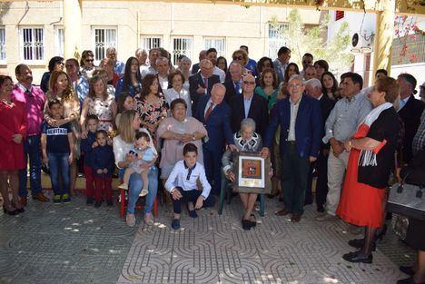 Homenaje de Vícar a su vecina centenaria Carmen Fernández Rodríguez