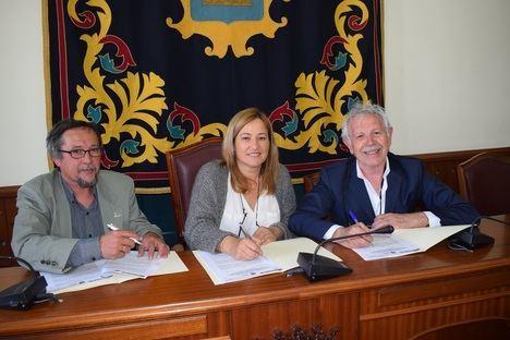 La alcaldesa de Níjar recibe a los directivos de la Fundación Esperanza Pertusa