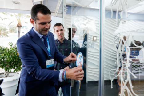 El alcalde invita a la hostelería, comercios y turismo a lucir el distintivo de Almería 2019