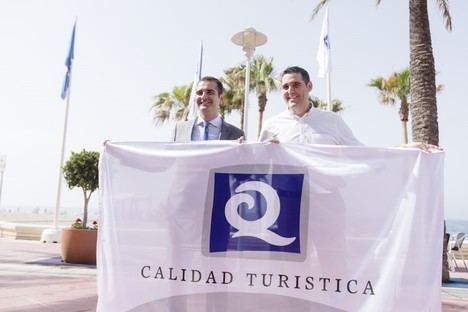 """El alcalde resalta el """"gran esfuerzo"""" realizado en las playas que ya lucen dos banderas azules y cuatro más de la 'Q' de calidad"""