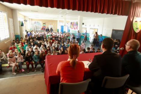 El alcalde acerca a 150 alumnos del colegio Los Millares y del instituto 'Al Andalus' la Carta Magna