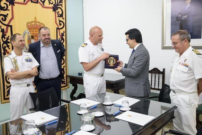 Guzmán da la bienvenida a Almería al buque escuela italiano 'Amerigo Vespucci'