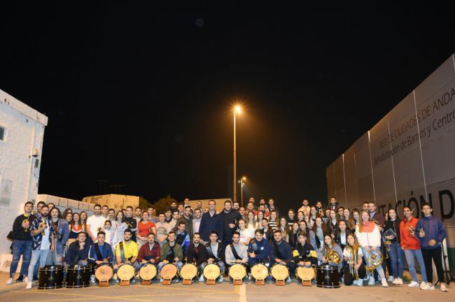 El alcalde visita un ensayo de la Banda de Cornetas y Tambores Nuestra Sra. del Carmen