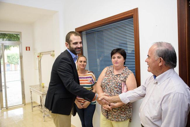 El alcalde visita la nueva sede que el Ayuntamiento ha cedido a la Asociación de Vecinos 'Milhojas'