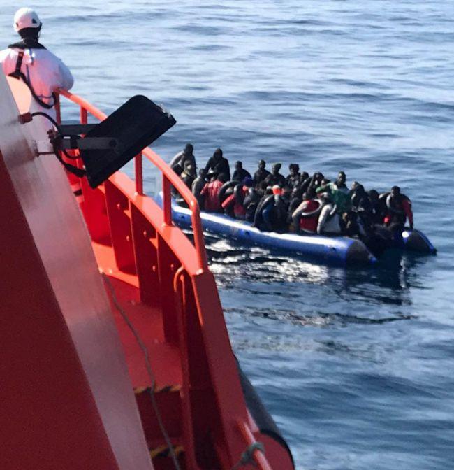 Dos personas a la deriva en una moto acuática pone sobreaviso de una patera con 61 ocupantes