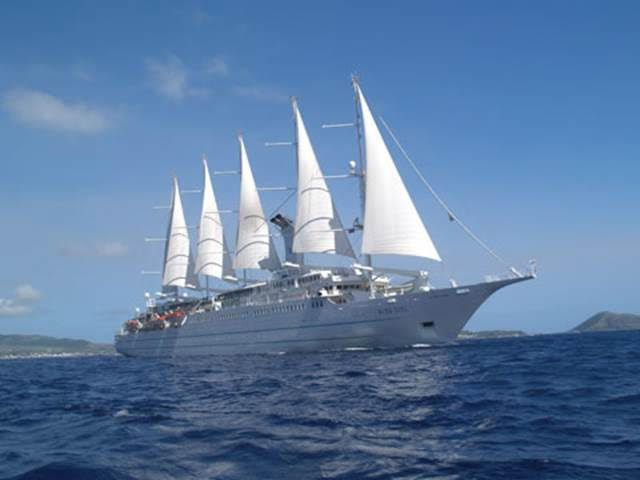El velero-crucero Wind Surf se marchó ayer y el Harmony V regresa el domingo