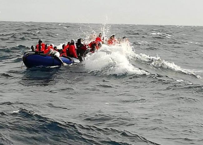 2 niños y 10 mujeres entre los 79 rescatados de una patera