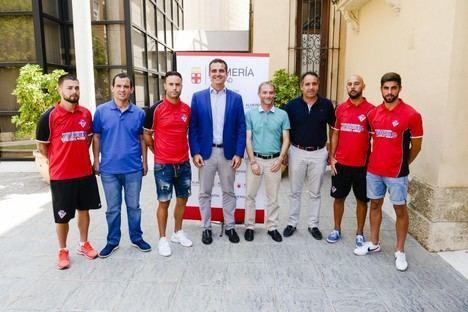 """El alcalde apoya al Poli Almería en su derecho """"ganado en el campo"""" de jugar en Tercera División"""
