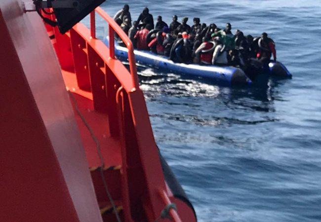 18 personas rescatadas de dos pateras en Alborán