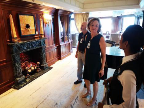 La presidenta de la Autoridad Portuaria da la bienvenida al crucero Azamara Pursuit,