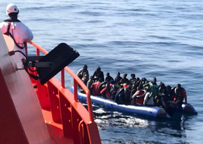 Rescatan a 77 personas de una patera