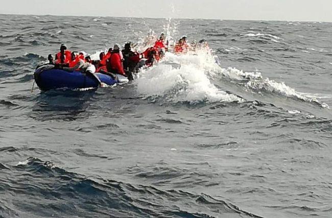 Rescatan a 17 hombres de una patera a 40 millas de Cabo de Gata