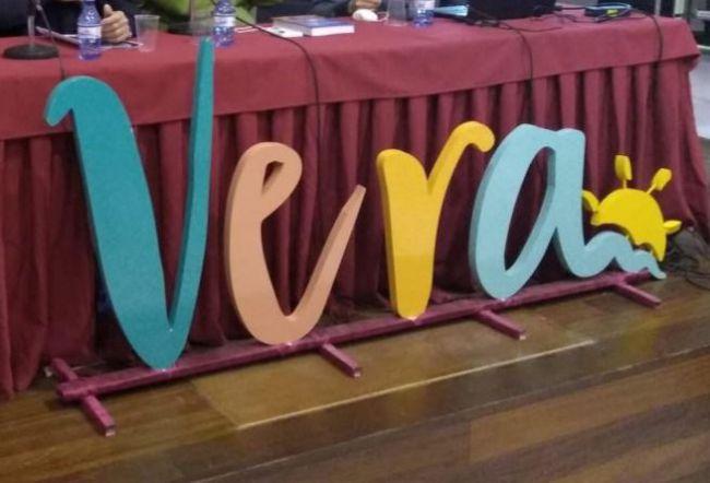 Vera conmemora en la Plaza Mayor el Día Escolar de la Paz