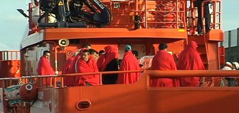 Trasladadas al puerto de Almería 74 personas de una patera en Alborán
