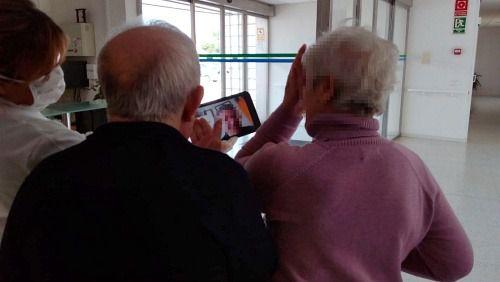 El Ayuntamiento de El Ejido proporciona tablets para videollamadas a los mayores de su residencia