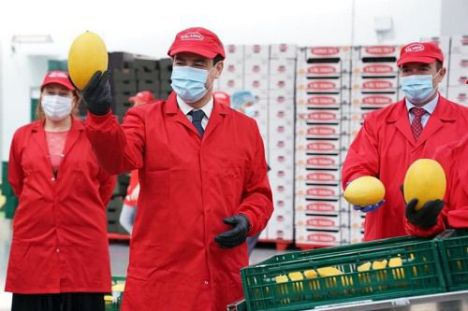 Moreno destaca la profesionalidad de los agricultores y el compromiso del Gobierno andaluz