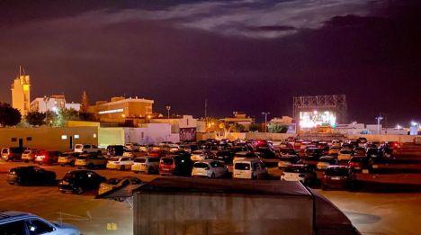 El Fuerte Viento No Frenó al Público Para Ver Grease En El Autocine De Vícar