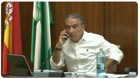 Crespo (AA) monta una bronca porque el consejero Bendodo contesta al teléfono mientras le pregunta