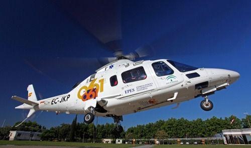 Un helicóptero de Salvamento rescata a una persona encaramada a una roca en Rodalquilar
