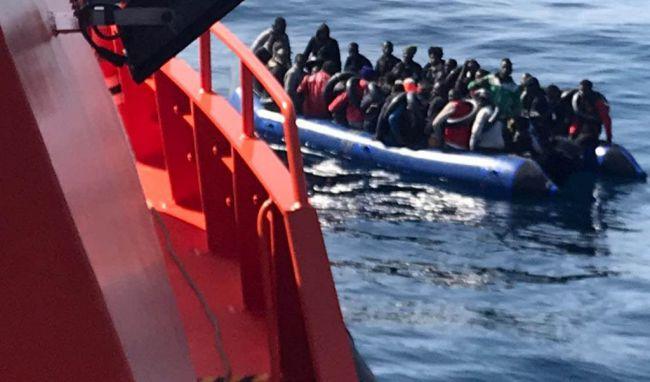 Auxilian a cuatro inmigrantes y hay una decena de desaparecidos en Alborán