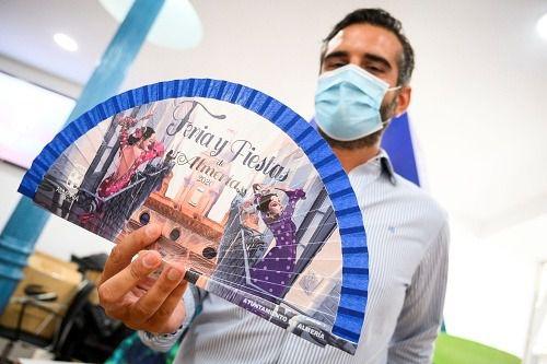 Más de 2.000 abanicos solidarios se venden el primer día en la Oficina de Turismo