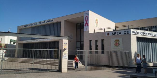 Los Centros de la Mujer visibilizan el cáncer de mama con dos lazos rosas
