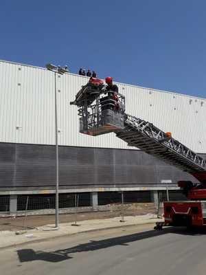 Los Bomberos de Almería realizan un simulacro de rescate en la obra del nuevo CC Torrecárdenas