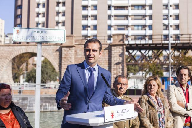 El alcalde transmite la solidaridad de Almería con las víctimas del terrorismo