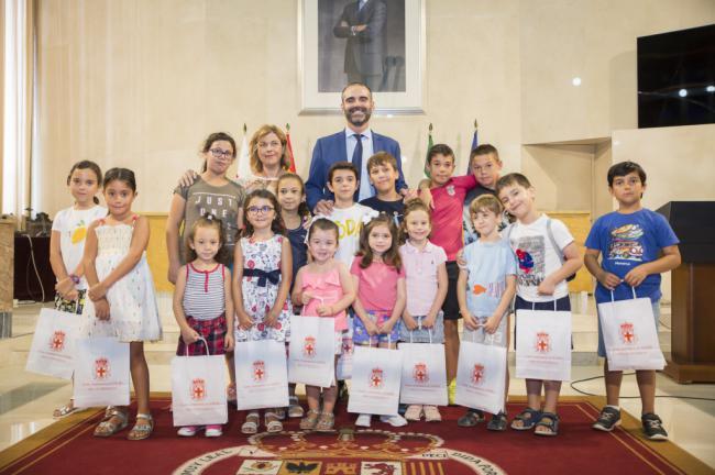 El alcalde recibe a los 16 niños de la Escuela de Verano de los Centros de la Mujer