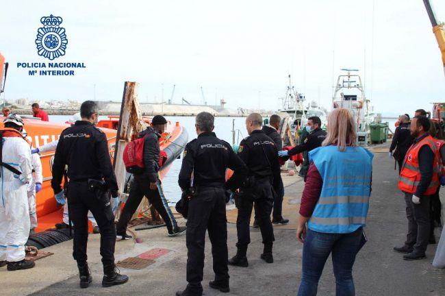 Aíslan a 37 personas de dos pateras llegadas a Almería tras identificar tres positivos en #COVID19