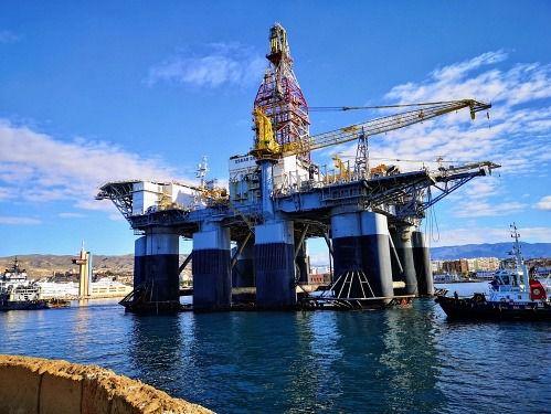 El Puerto de Almería se plantea acoger plataformas y buques 'offshore'.
