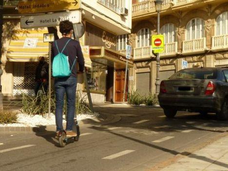 IU pide al Ayuntamiento adaptar la normativa de los patinetes eléctricos