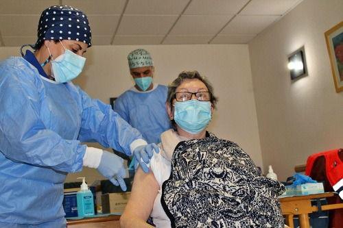 La primera almeriense vacunada del #COVID19 recibe su segunda dosis