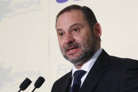 El Ministerio de Transporte se niega a decir en qué transporte vino Ábalos a Almería