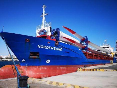 Eblades embarca 18 palas para aerogeneradores en Almería con destino Alemania