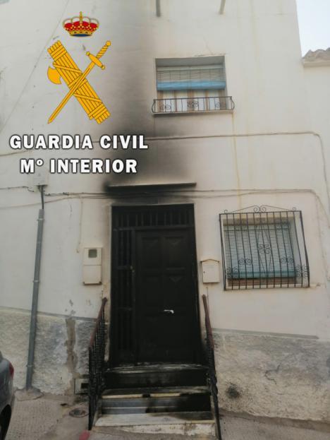 Detenido por incendiar la puerta de una casa con personas dentro en Purchena