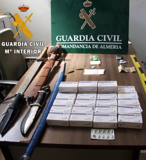 Incautan armas blancas de grandes dimensiones a vendedor de drogas en Adra