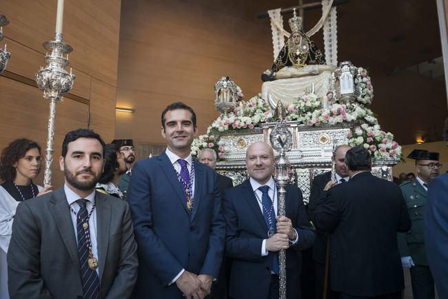 El alcalde entrega el Escudo de Oro de la Ciudad de Almería a la imagen de la Virgen de las Angustias