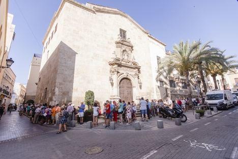 Miles de almerienses se hacen con su abanico de la Feria de Almería, en un reparto que continuará el jueves y viernes