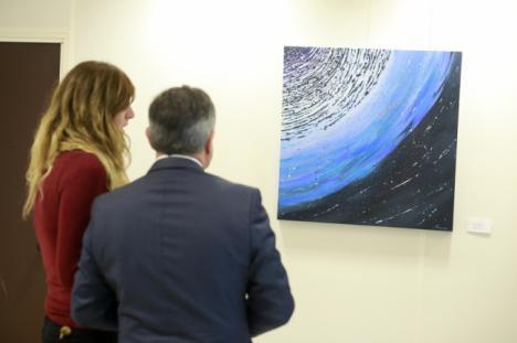 Leonor Lentisco expone su pintura astronómica junto a la poesía de Julio Alfredo Egea