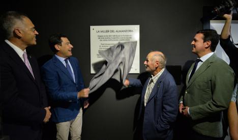 Moreno rinde homenaje en Almería al papel fundamental de las mujeres en la sociedad