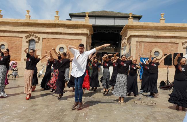 Eduardo Leal y sus alumnas llevan el arte a la explanada del Mercado Central