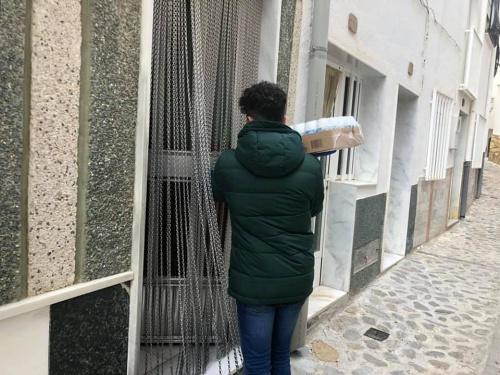 El Ayuntamiento de Sierro y voluntarios ayudan a los mayores para evitar contagios