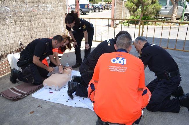 El 061 de Almería entrena a policías nacionales en RCP