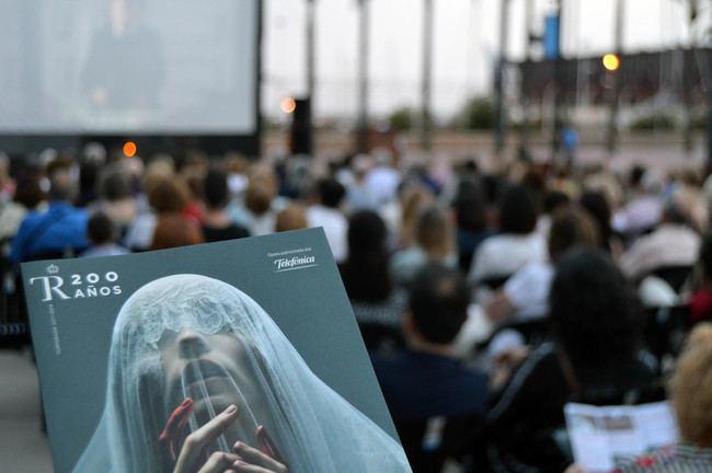 Almería disfruta de la ópera del Teatro Real desde el Parque de las Almadrabillas