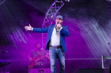 El público de Paco Candela se rinde a sus letras emocionales en la Plaza de Toros