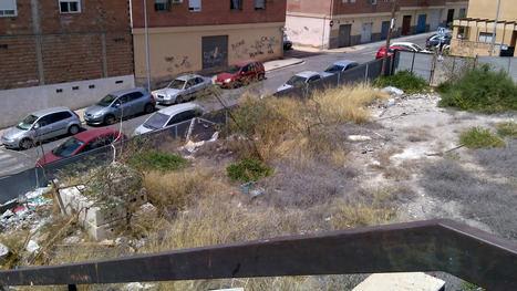 El PSOE recuerda al alcalde del PP que mientras el centro se engalana para la Feria hay barrios que tiene completamente abandonados